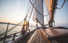 Entspannen und genießen unter Segeln beim Sonnenaufgang bei Korfu mit Korfu Segeln
