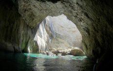 Höhlen erforschen beim segeln in Korfu mit Korfu Segeln