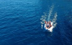 Schlauchboot fahren beim segeln in Korfu mit Korfu Segeln