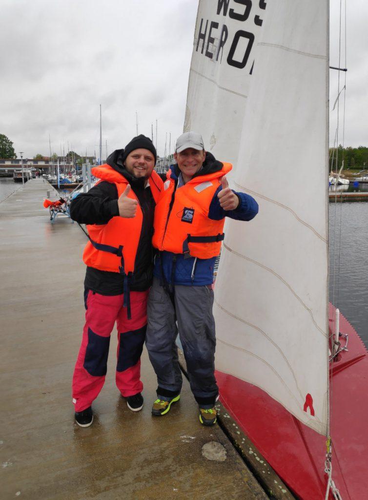 meine ersten segelschüler Alex & Henry am steg nach bestandener Prüfung