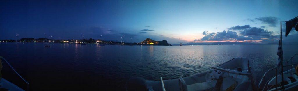 Es dämmert vor Korfu: Wasserfläche mit Yachten vor dem Sonnenaufgang
