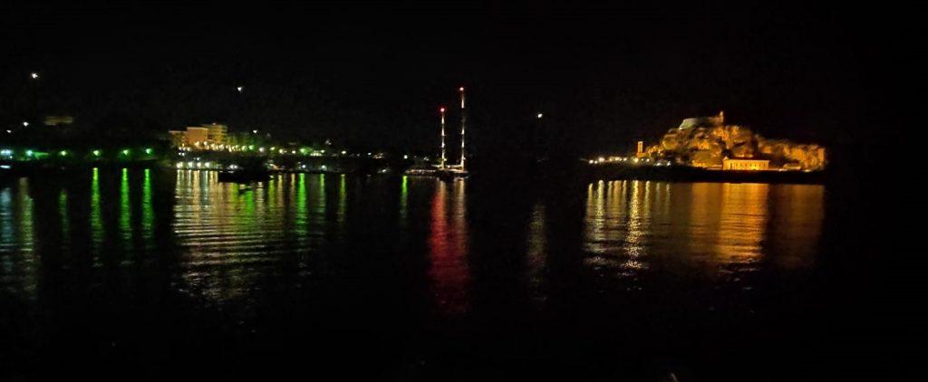 Reflexionen der Lichter der Nacht auf dem Meer vor Korfu