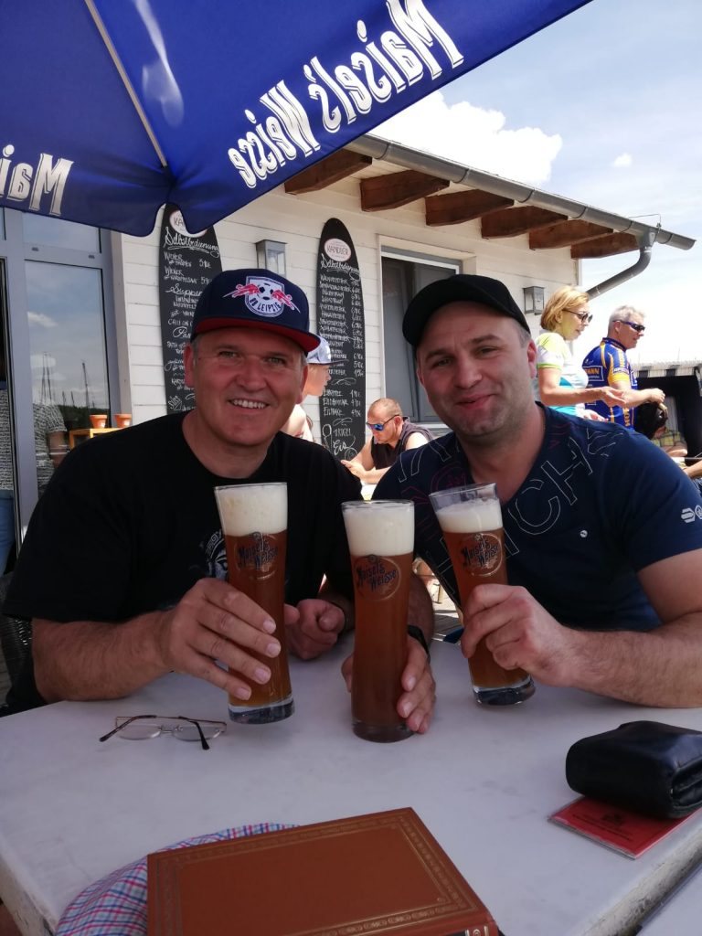 Jan und Martin nach bestandener Prüfung trinken einen für mich mit