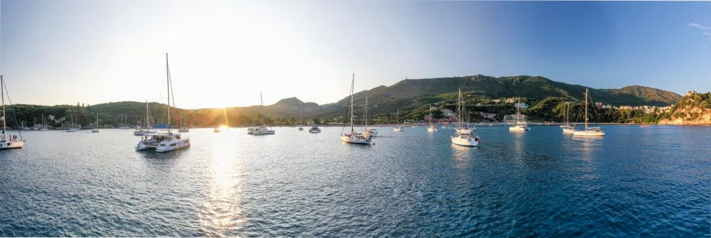 Yachten vor Parga Abendstimmung mit Korfu Segeln ist die Yachtcharter Korfu traumhaft einfach und traumhaft schön