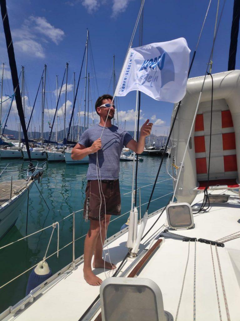 Hohl auf die Fahne zur ersten Korfu-Segeln-Flottille, Bei dieser Flottille von Korfu-Segeln haben alle gemeinsam mehr Spaß beim Flottillensegeln, So macht Segeln vor Korfu