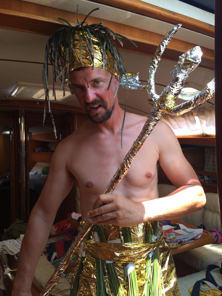 Poseidon mit einem Kostüm aus Rettungsdecke, Binsen und Seegras