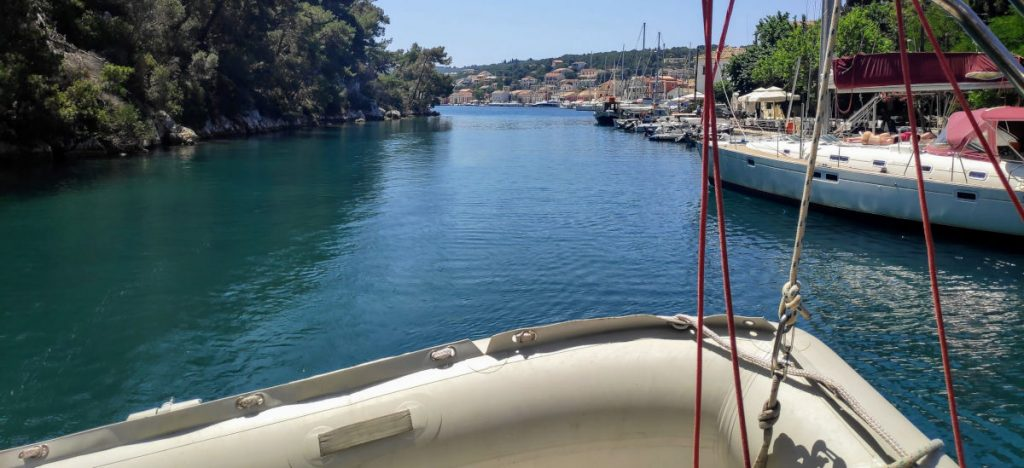 Blick zurück über das Dingi durch den Hafen von Gaios beim Teambuilding