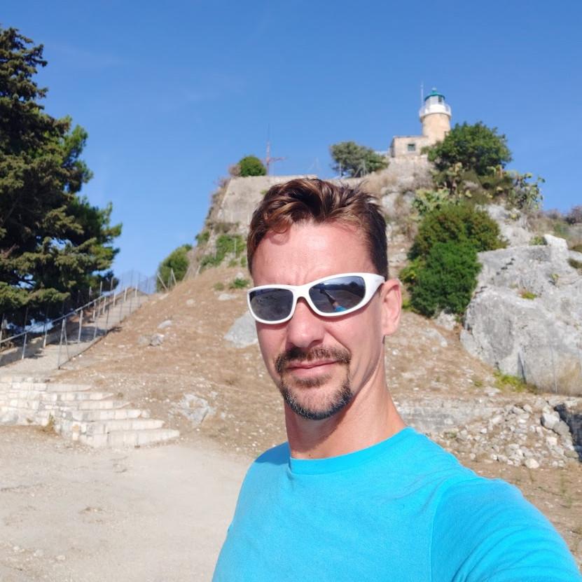 Wir passieren den Leuchtturm der alten Festung von Korfu.