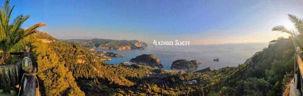 Paleokastitsa Blick über die Stadt Alkinoos Schiff
