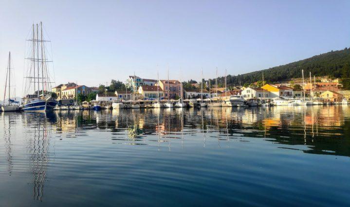 Fiskardo am Morgen beim Segeltörn Korfu - Ithaka
