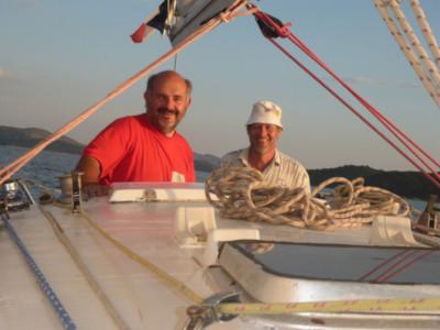 Skipper Roland ist vor Korfu unterwegs mit Gästen