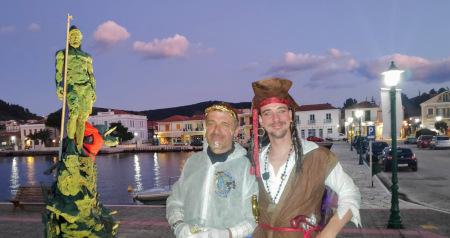 Odysseus geschmückt mit Bootshaken und Rettungsweste beim Karnevalstörn in Vathi, Ithaka, Schwerwetter-Training und Karneval im Ionischen Meer passen eben doch zusammen