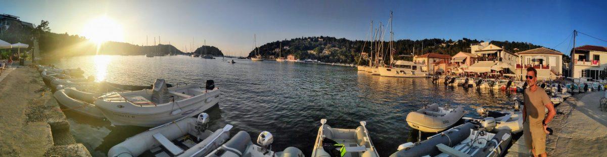 Der Dingi-Hafen von Lakka, die Crews der in der Bucht ankernen Yachten legen mit den Schlauchbooten an dem kreisförmigen Pier vor dem Cafe Fanis an