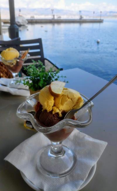 Eis essen in Kassiopi