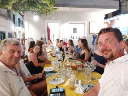 Lakka Gastronomie 2 Skipper unterwegs mit 18 Junggesellinnen in Lakka