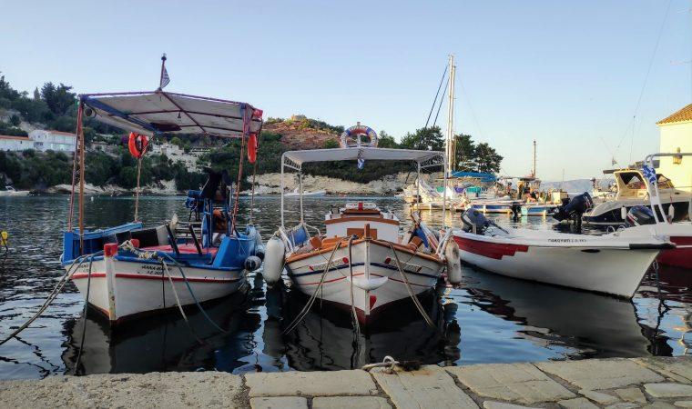 Longos drei Fischerboote liegen gemütlich am südlichen Hafenpier