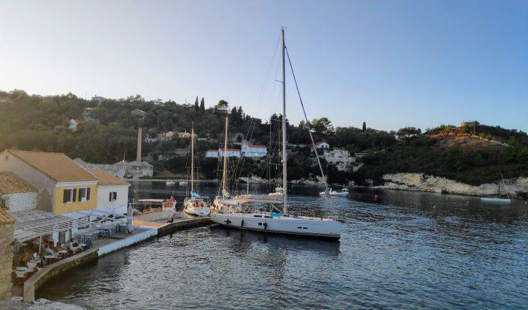 Longos Hafen von der Außenseite mit großer Yacht die an der Außenseite festgemacht hat