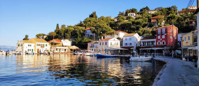 Longos Reflektionen auf dem Wasser der bunten Häuser von Longos