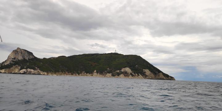 Ostseite von Othoni mit Leuchtturm im Segelrevier Korfu