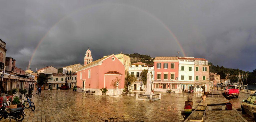 Gaios (Paxos) Blick über den Marktplatz mit Regenbogen Panorama