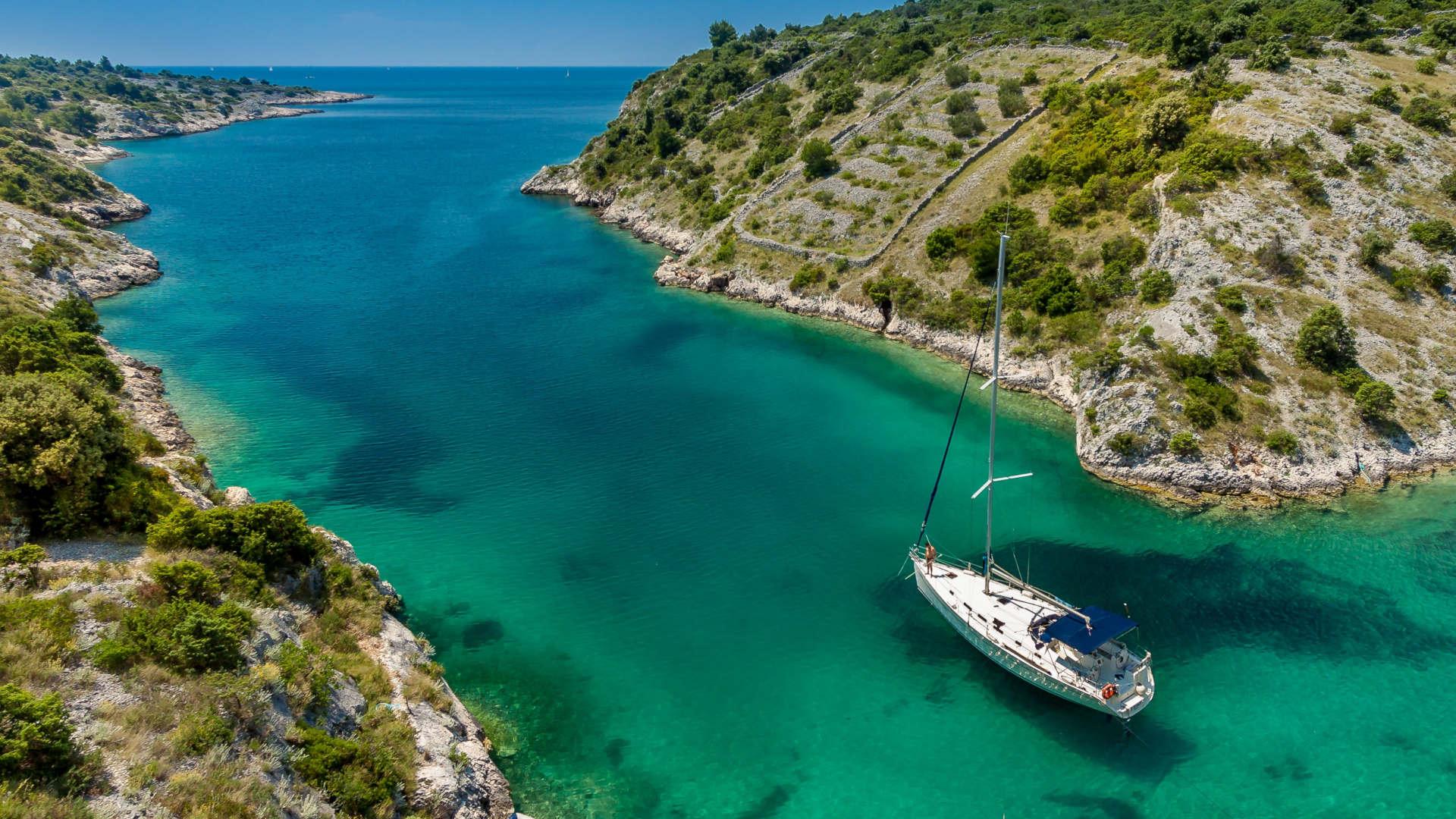 Yacht in Bucht zeigt Urlaubsfeeling Korfu Segeln