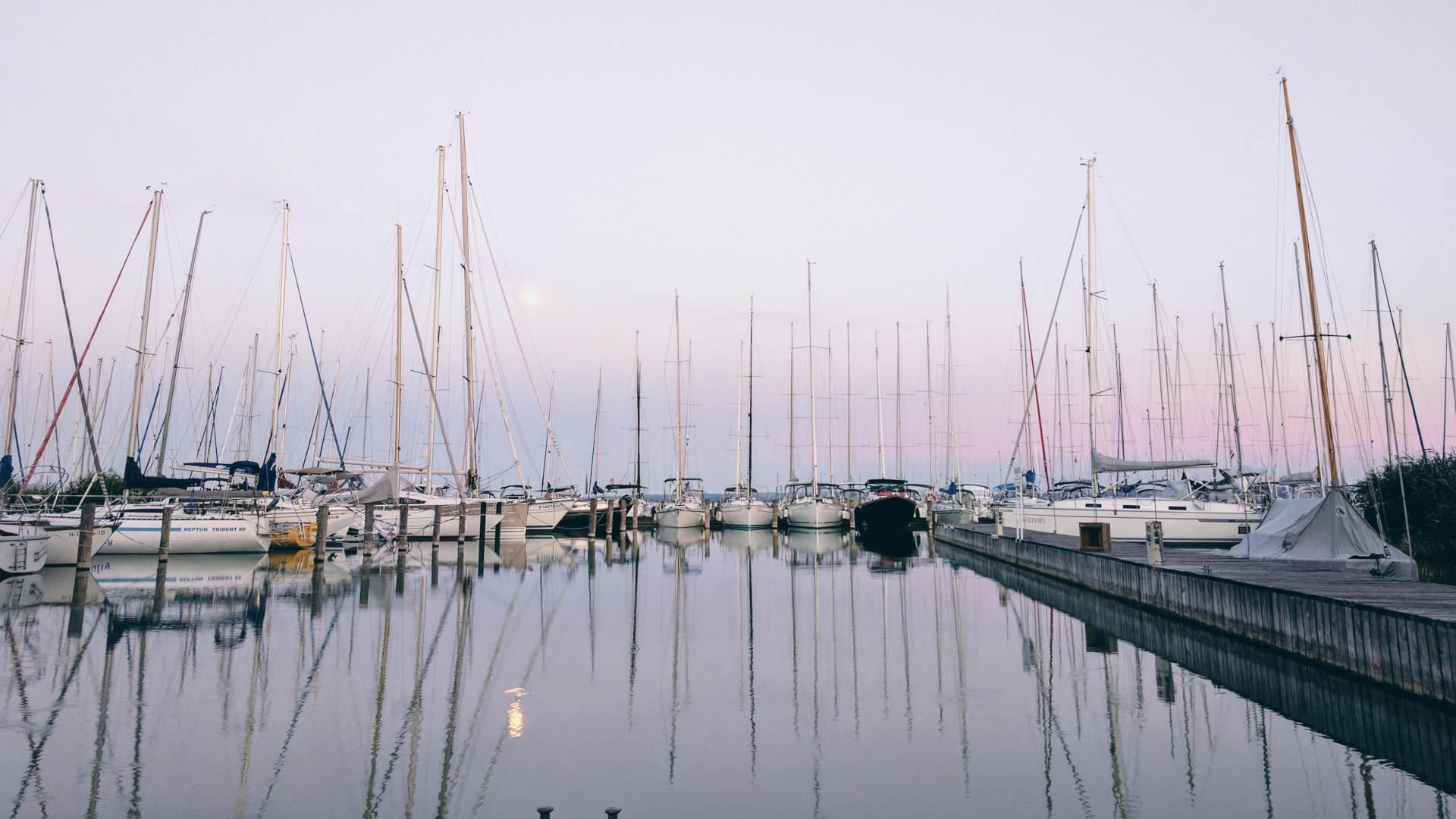 Yachten im Hafen mit Reflektionen zeigen Yachtcharter für Segler Korfu Segeln