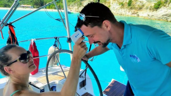 Fiebermessen beim Urlaub auf Korfu zum Schutz vor Corona