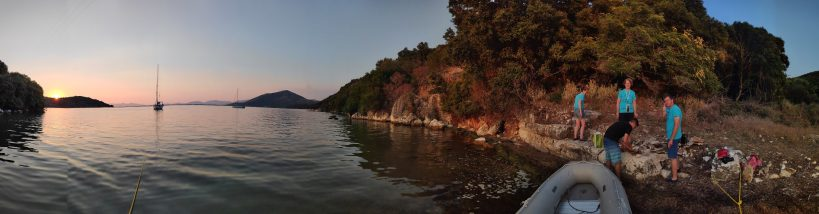 Grillen in einsamer Bucht vor dem Sonnenuntergang gibt sicheren Schutz vor Corona bei einem entspannten Urlaub vor Korfu