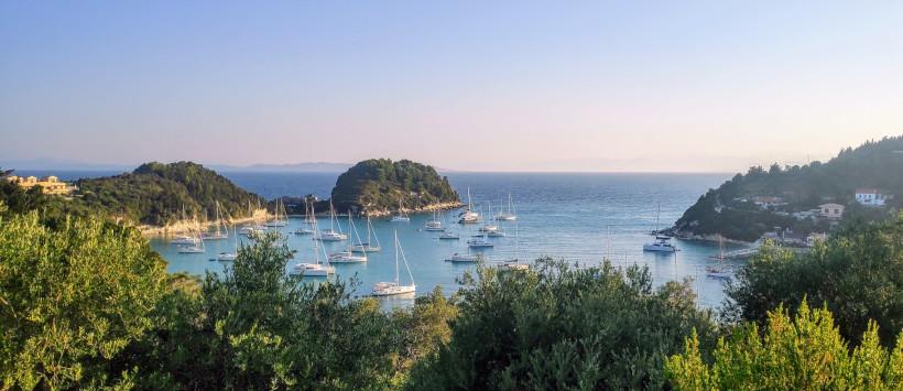 Bucht von Lakka bei den Corona sichereren Ferien von Korfu Segeln