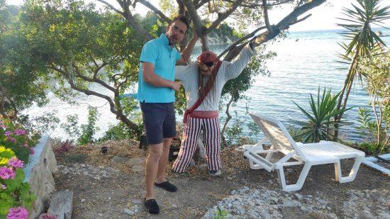 Rund Korfu Rückweg über Notos und dem schönen Gartenrestaurant mit einem aufgeknüpften Piraten