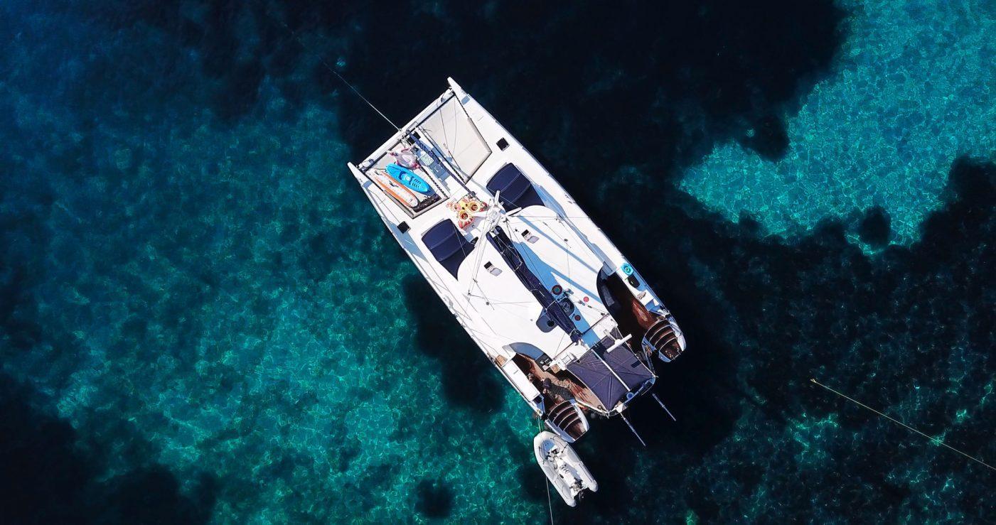 Mystique Vogelperspektive auf türkisblauen Wasser bei Korfu Segeln