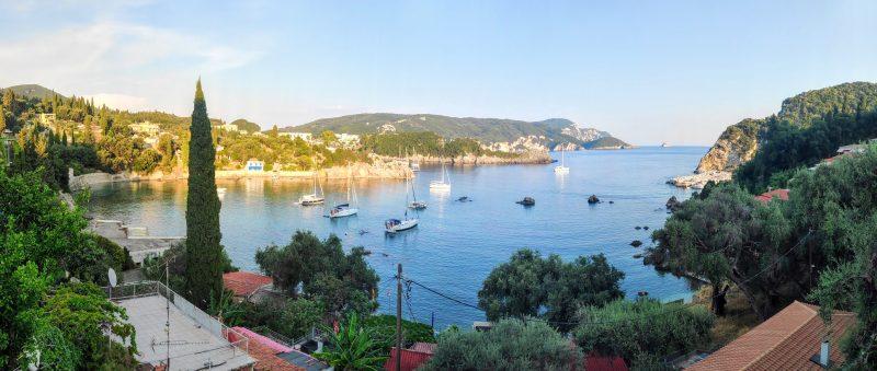 Rund Korfu Blick über Bucht Spiros in Paleokastritsa