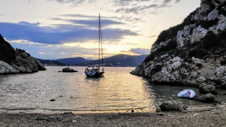 Rund Korfu am Morgen vor Porto Timoni am Strand