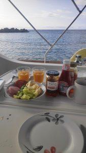 Frühstück im Hafen von Othoni