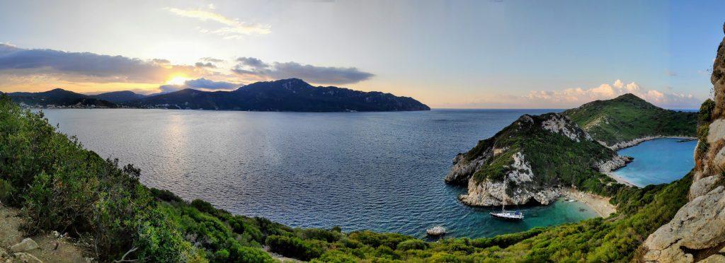 Rund Korfu mit Sonnenaufgang vor Porto Timoni