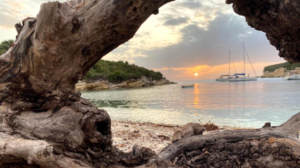 Antipaxos Sonnenuntergang mit Segelyachten und Treibholz an meiner Lieblingsbucht