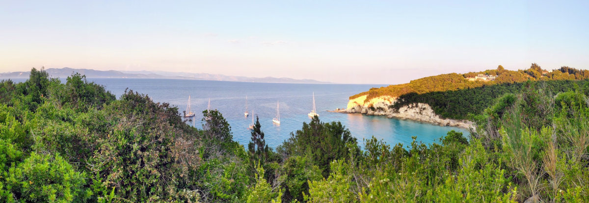 Antipaxos der Wanderweg zwischen Voutoumi, Mesovrika und Vrika mit Blick auf Bella Vista und die ankernden Segelyachten