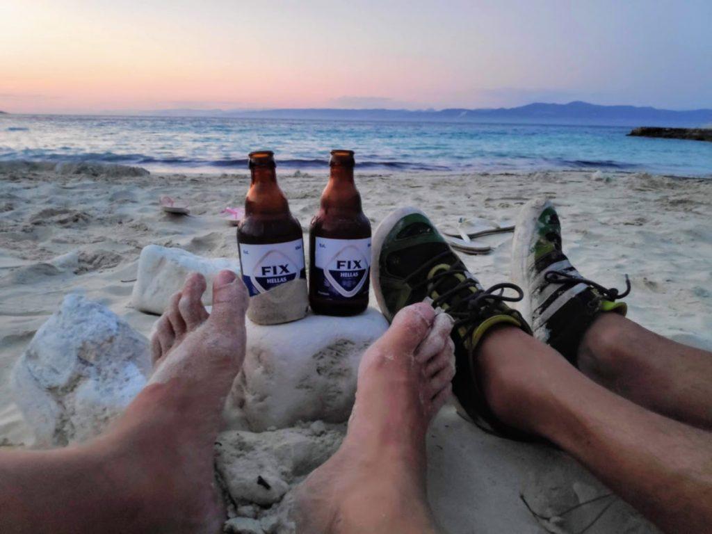 Bierchen am Strand von Vrika auf Antipaxos