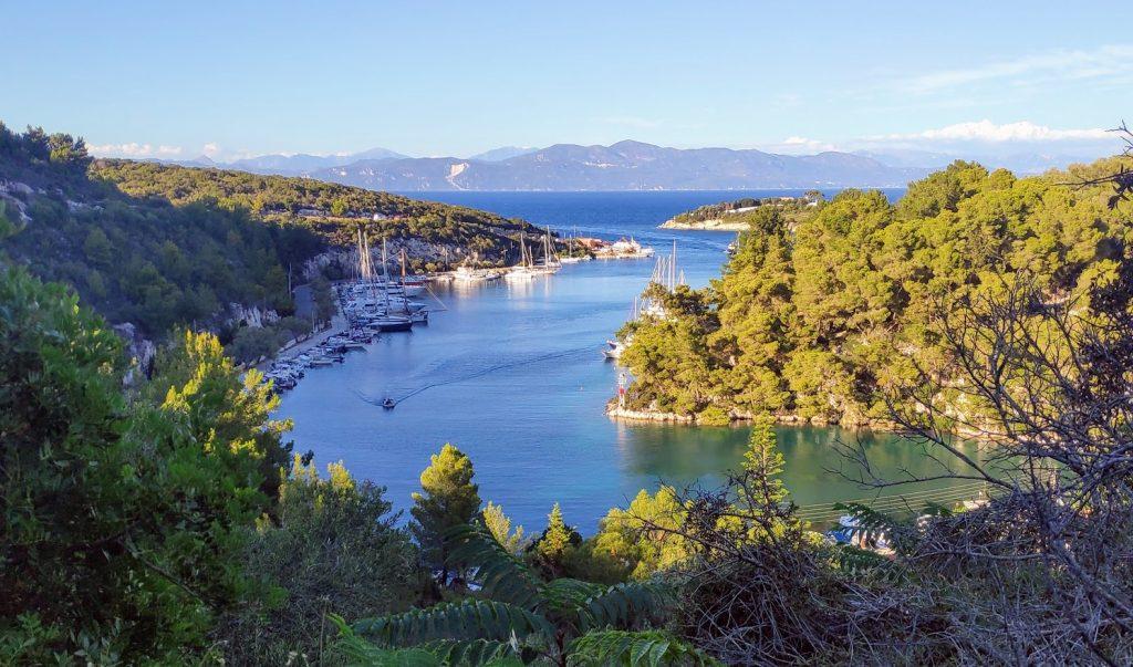 Blickrichtung nach Osten: Der Nordteil des Hafens von Gaios. Links die Stadtseite und rechts die Insel Agios Nikolaos