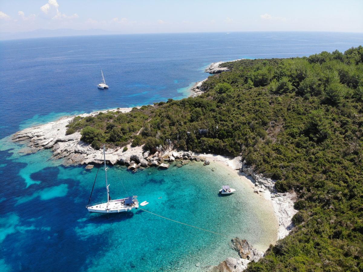 Buchten an der Ostseite von antipaxos sind sehr ruhig und schön