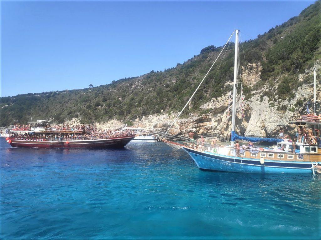Die Corona Bomber kommen nach Antipaxos bleiben aber am Strand von Voutoumi und Mesovrika