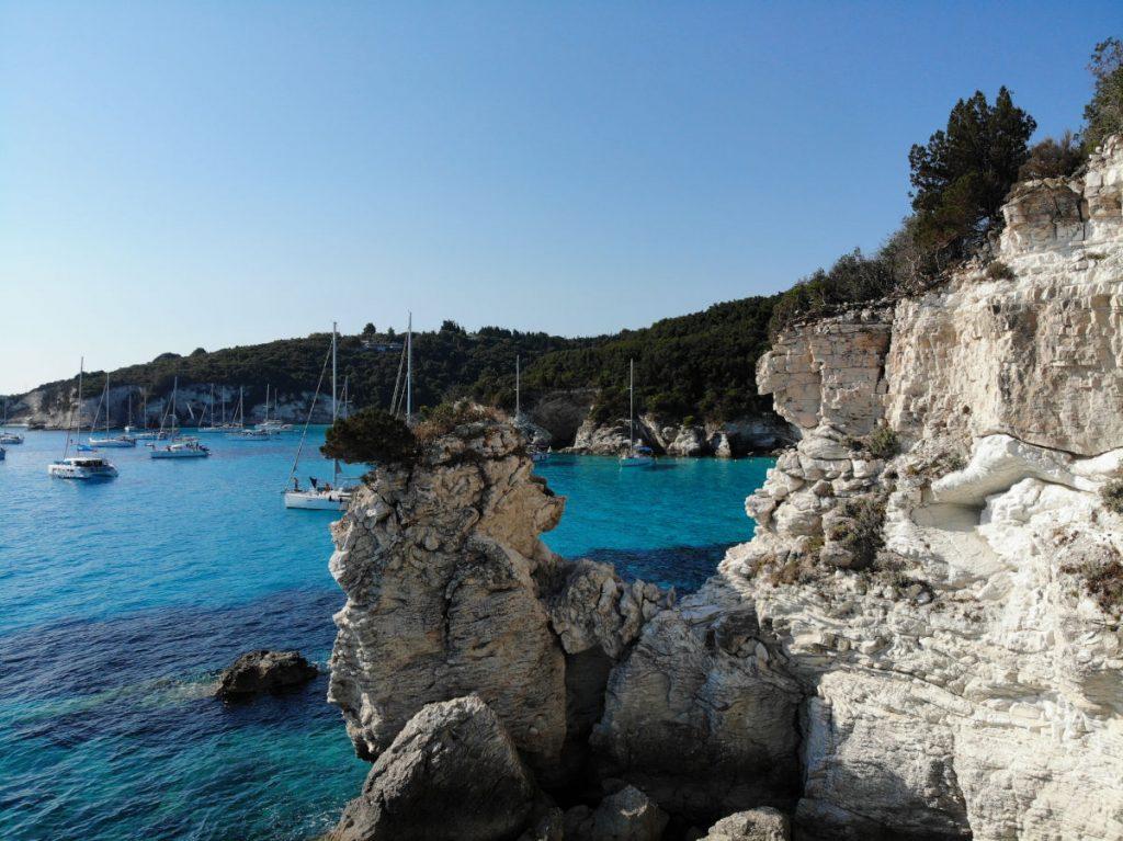Eindrucksvolle Felsformationen am Strand von Voutoumi und Mesovrika auf Antipaxos