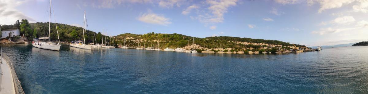 Gaios am Nordende des Hafens mit Langer Landleine zur Insel Agios Nikolaos und der Kirche ganz links