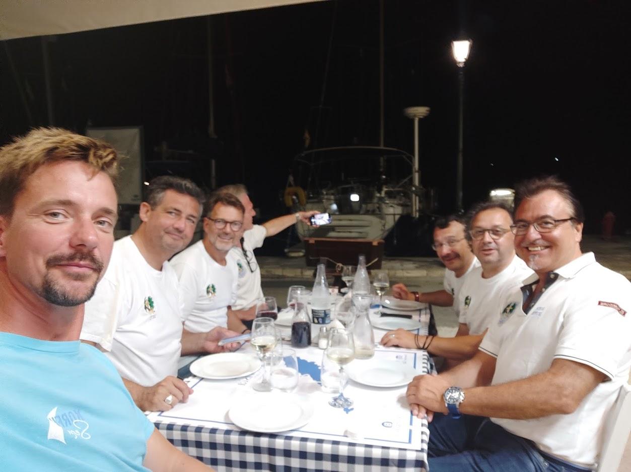 Dinner direkt vor dem Schiff das ist Gastronomie in Gaios hier am Südpier