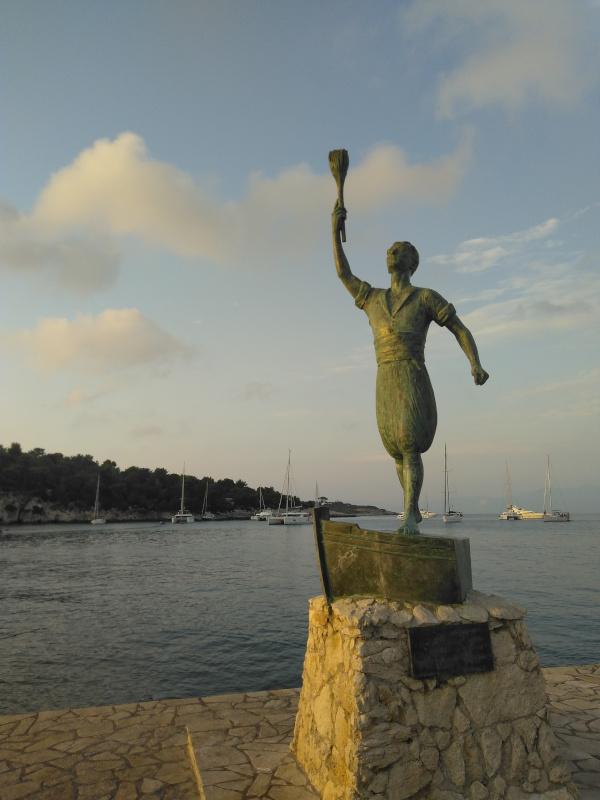 Statue von George Anemogiannis an der Hafenausfahrt ist ein berühmter Sohn der Stadt Gaios