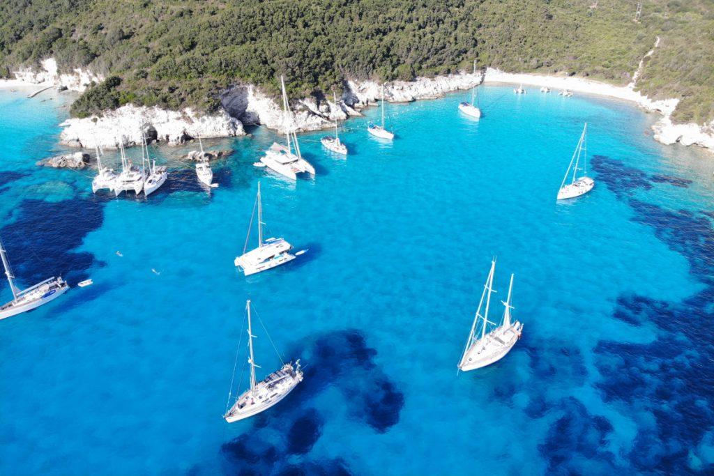 Tagsüber sind häufig mehrere Yachten in Voutoumi und Mesovrika auf Antipaxos