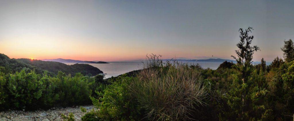 Wandern zwischen Voutoumi, Mesovrika und Vrika mit tollen Aussichten auf die Buchten