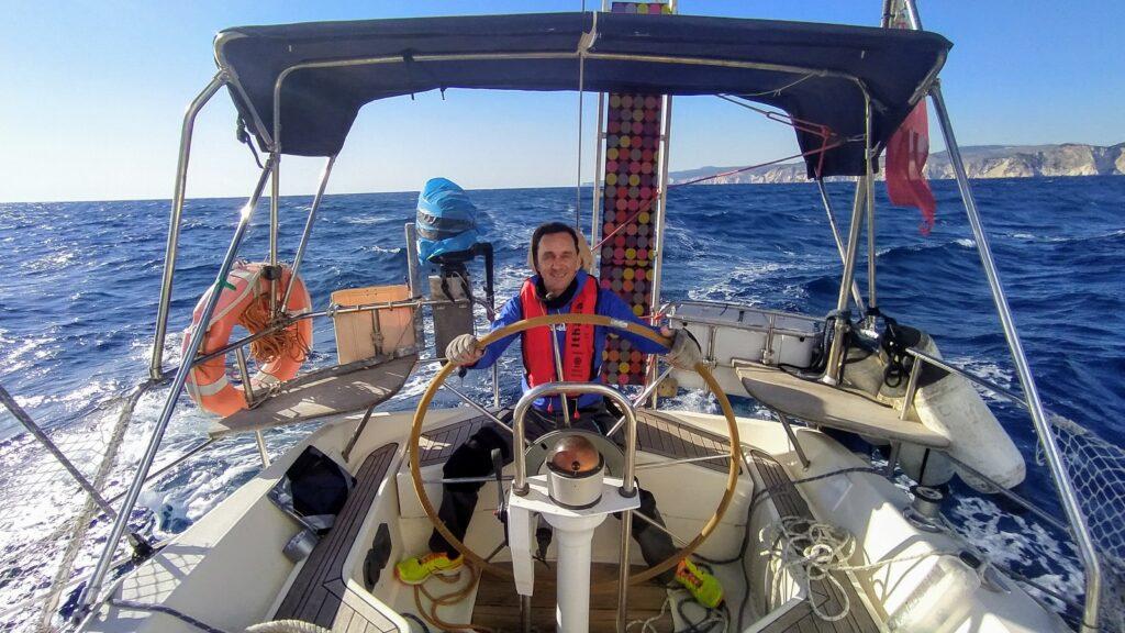 Matthias am Steuer beim Segeltörn durch Griechenland