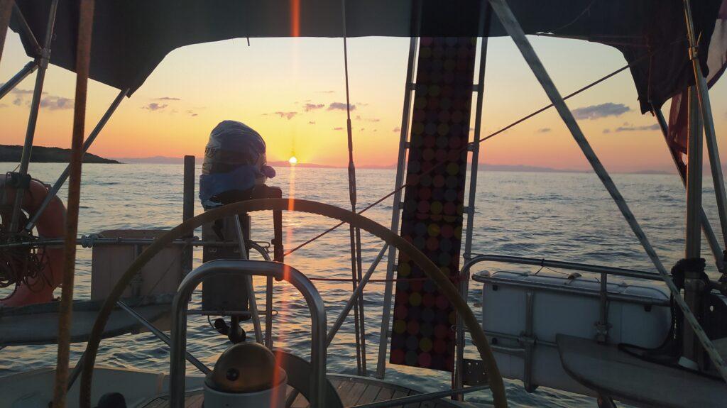 Sonnenaufgang bei Megalo Stofadi beim Segeltörn durch Griechenland