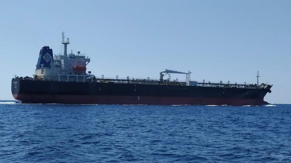Starker Schiffverkehr zwischen den Fingern des Peloponnes beim Segeltörn durch Griechenland
